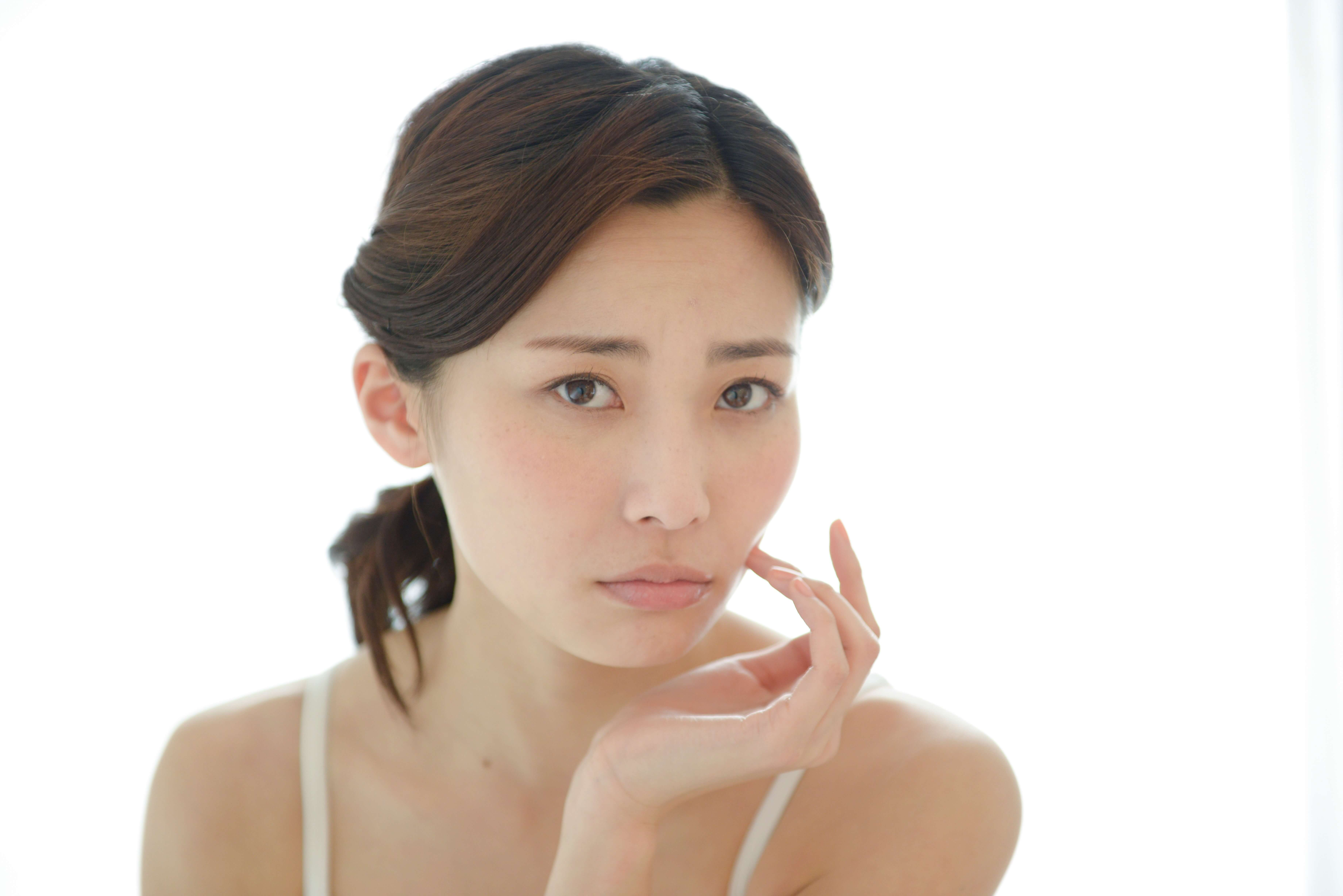 顔の悩みを抱える女性