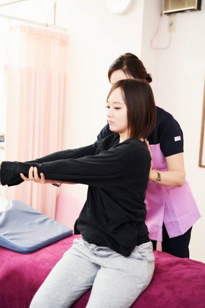 肩の施術の様子
