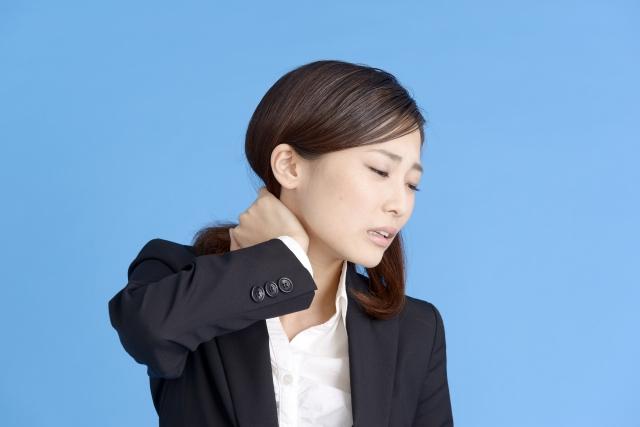 首を痛そうに触る女性