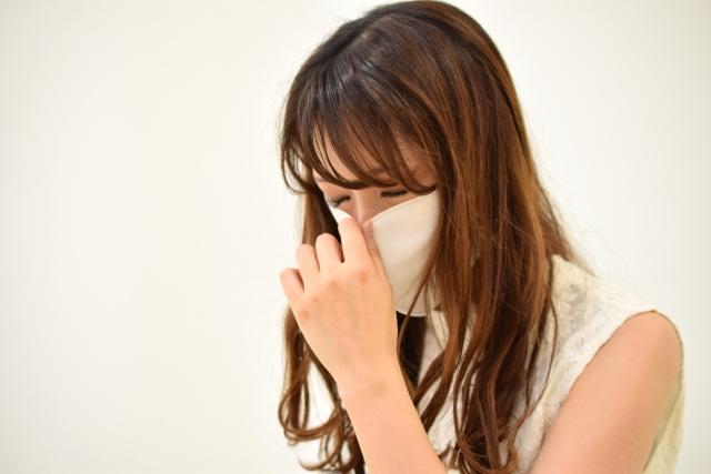ウイルスに感染しマスクをしている女性