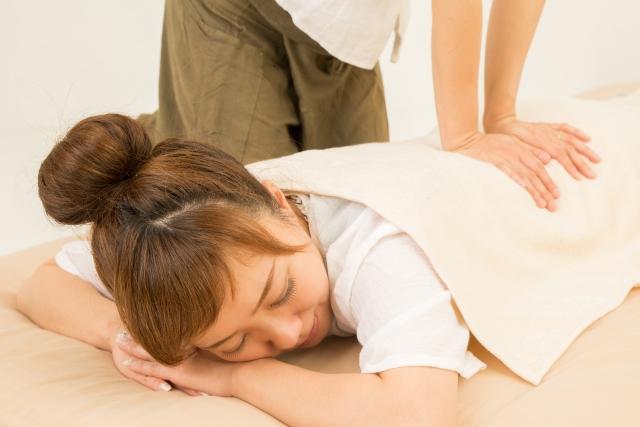 腰を施術されている女性