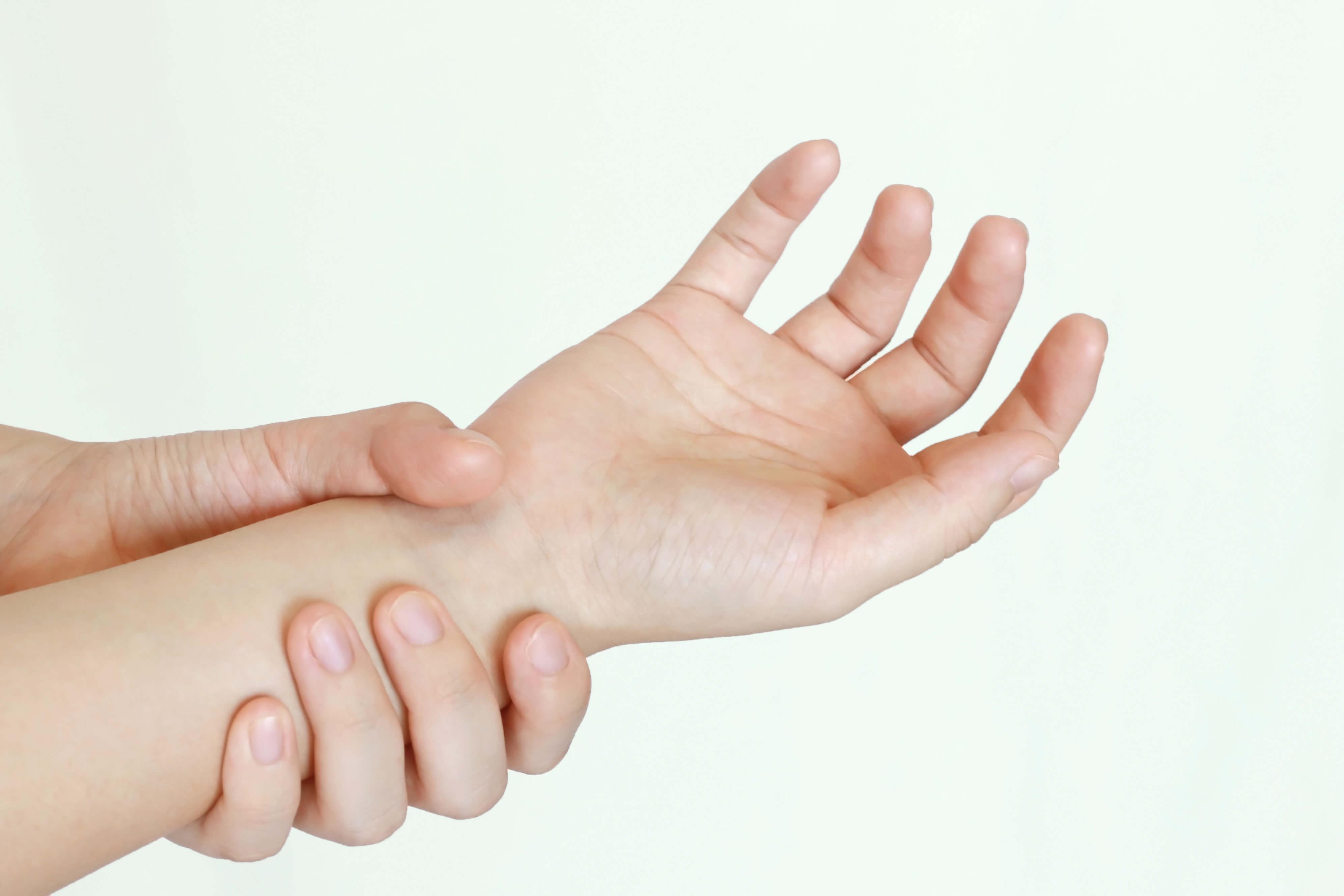 手首の関節に痛みを感じる