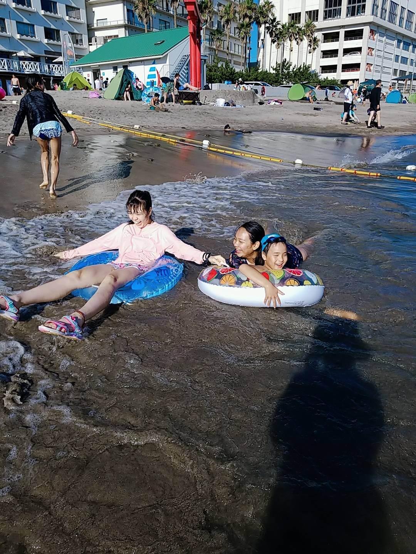 海水浴で楽しそうな子供たち