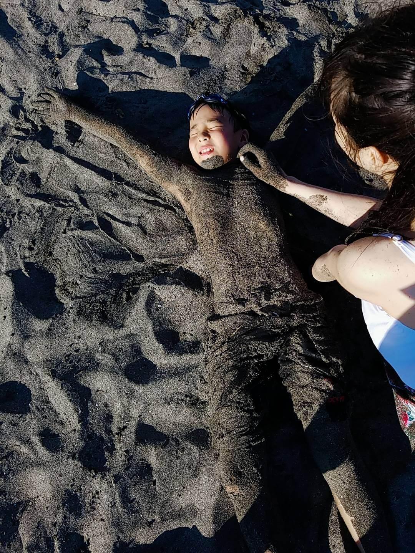 砂で遊ぶ子供の様子