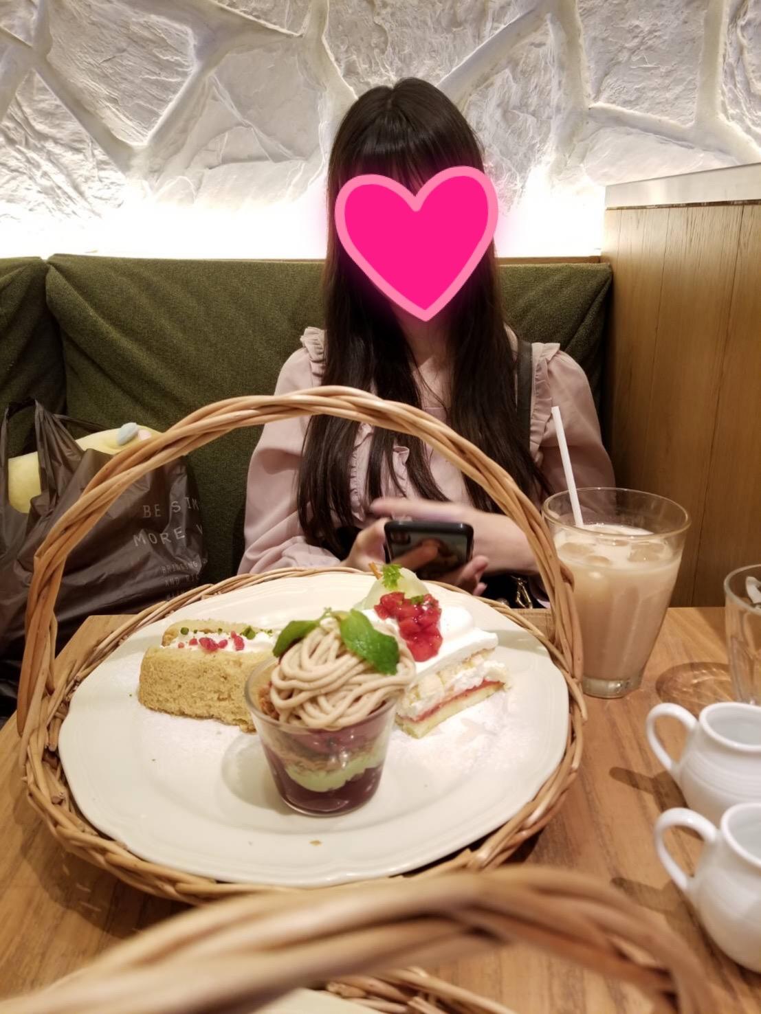 娘と一緒にアフタヌーンティーでケーキを食べる様子