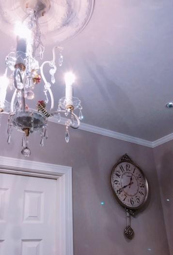 待合室のシャンデリアと時計